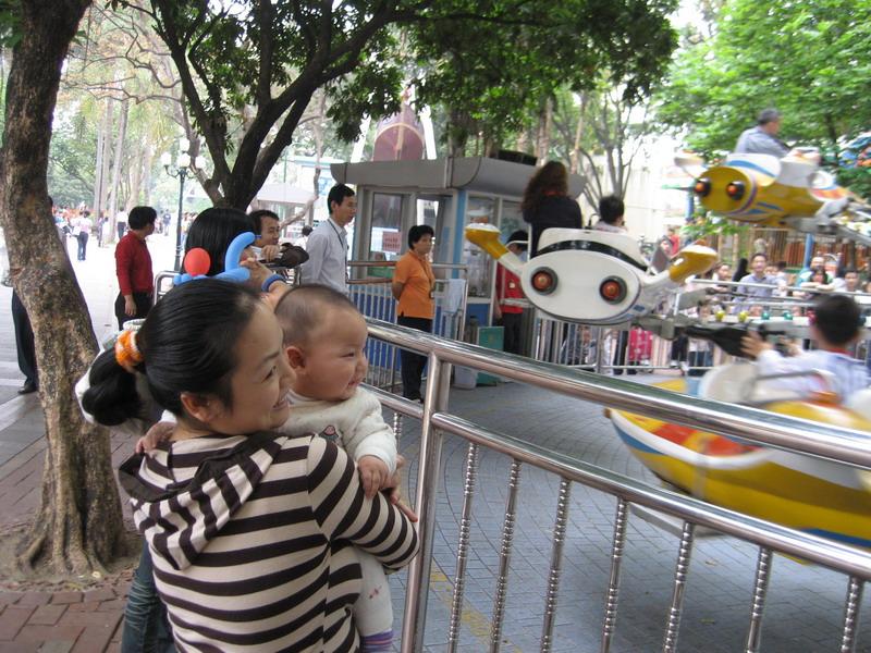 妈妈/上个星期天,我和爸爸妈妈一起去儿童公园玩了,那里的小朋友真...